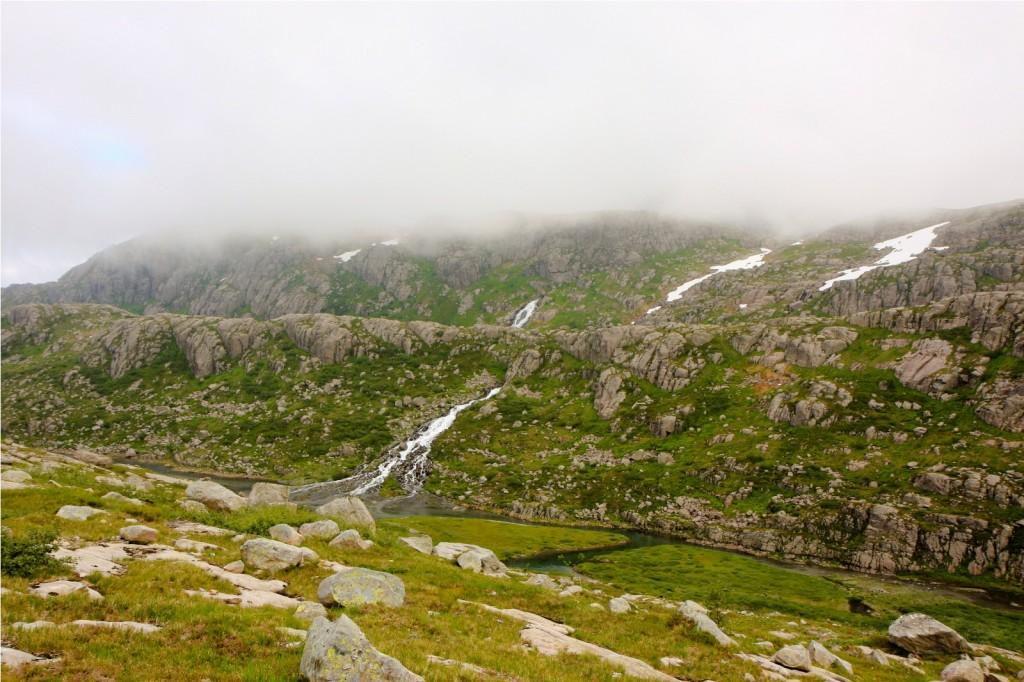 To elver kjem rett ut av fjellsida. Elv frå Nivatnet bakerst, elv frå Åttevatnet fremst. Magi? Nei. Dynamitt.